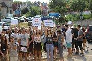 Studenti v Rakovníku protestují proti propouštění učitelů.