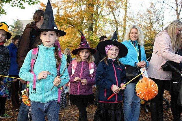 Halloweenský průvod strašidelných masek i lampionů na chvíli zaplnil rakovnické Husovo náměstí.