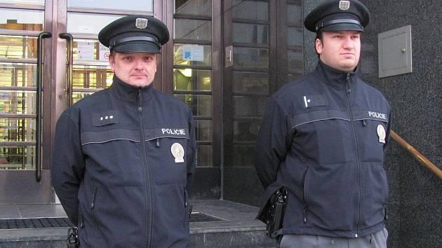 Policisté střeží vchod do banky