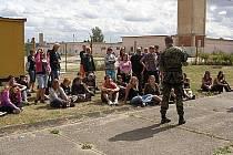V rámci adaptačního kurzu byli studenti také na návštěvě u vojáků