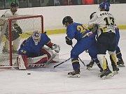 Rakovník v osmé kole krajské ligy nestačil na Černošice (v modrém).