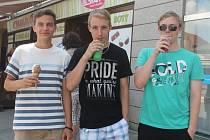 V parných dnech se lidé nejčastěji ochlazují chladnými nápoji, zmrzlinou nebo na koupališti