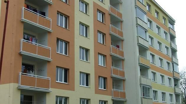 PANELOVÉ domy v Rakovníku především kvůli nové barevné fasádě vypadají mnohonásobně lépe než před tím.