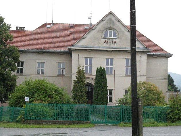 Bývalá škola ve Skryjích je ve středu zájmu