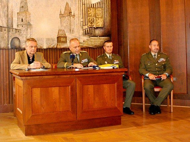 Starosta Rakovníka Pavel Jenšovský (vlevo) spolu s generálporučíkem Jiřím Balounem