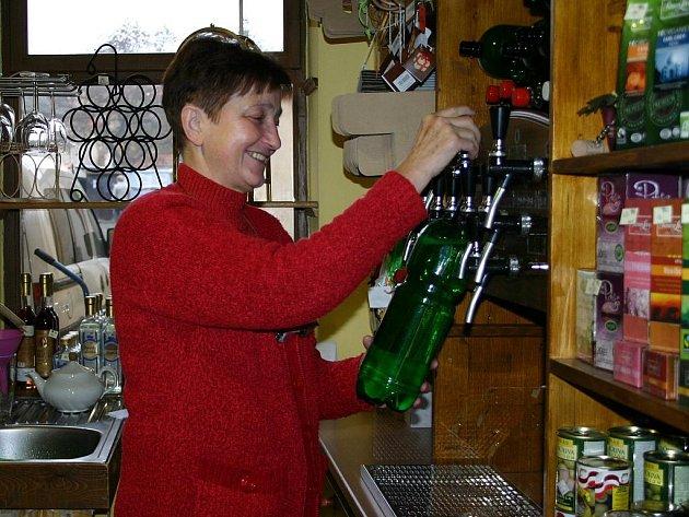 Milada Doubková ve vinotéce