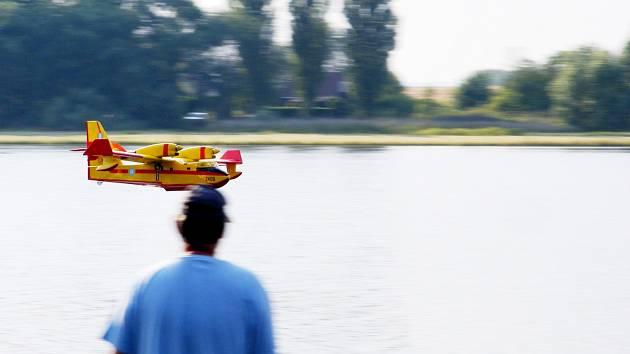 Canadair v efektním nízkém průletu nad vodní hladinou.