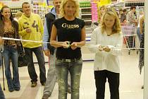 Olivia Prokopová přestřihává pásku