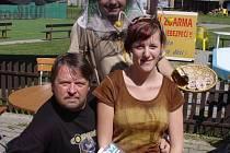 """Nejlepší  hráč turnaje redaktor TV NOVA Jiří Borovec + """"včelka"""" a včelař"""