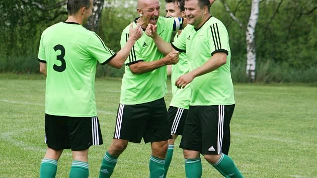 Antonín Sýkora (uprostřed) oslavuje branku nejlepšího střelce soutěže Jakuba Číhaře (vpravo). Vlevo je Martin Němec, v pozadí Michal Beneš.