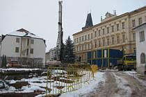 Stavba nové školní jídelny v Rakovníku, kterou využívají nejen žáci tamních základních škol, ale i gymnazisté a senioři, je v ohrožení. Termín dokončovacích prací je odsunut.
