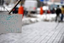 Sníh ohrožoval během úterý chodce v Rakovníku