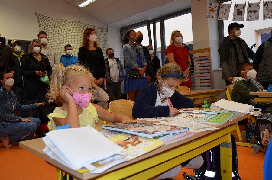 Do nového školního roku vykročily čtyři třídy novostrašeckých prvňáčků.