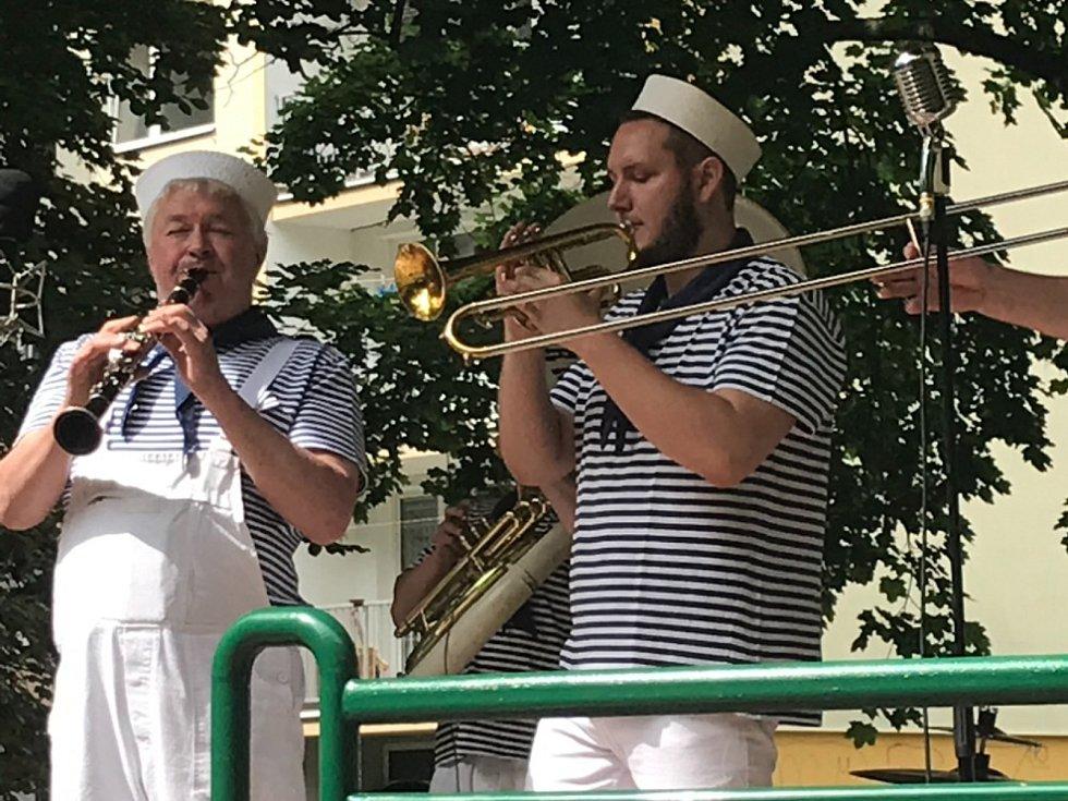 Koncert rakovnické skupiny Brass Band v Čermákových sadech.