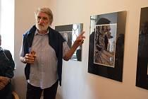 Komentovaná prohlídka výstavy fotografií Útržky vzpomínek Pavla Váchy v Rabasově galerii.