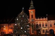 Na Husově náměstí v Rakovníku již září vánoční stromek, který byl do centra města přivezen ze Senomat.
