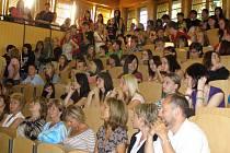 Aula byla plná studentů a profesorů.