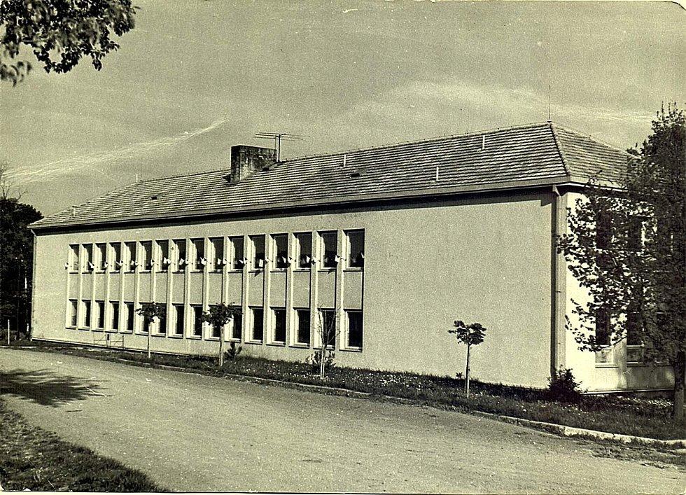 Šanov, budova základní školy v roce 1962.