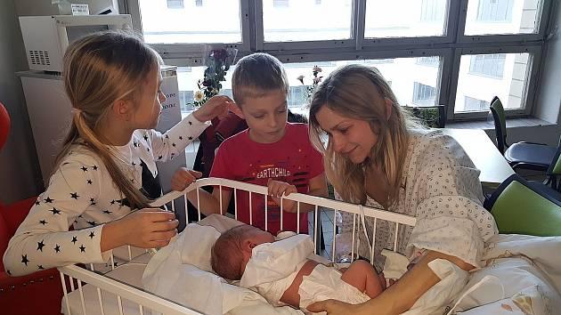 První miminko roku 2020 Vítek Frolík a jeho sourozenci v porodnici.