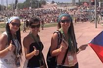 Kristýna Valerová (vpravo) si setkání křesťanské mládeže ve Španělsku prázdninově užila i se svojí sestrou Karolínou (vlevo) a s třemi tisícovkami dalších Čechů pro ni byla největším zážitkem noční vigílie s papežem na madridském letišti.