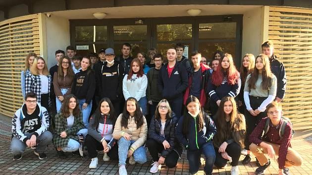 Úvodním fotem před prvním krokem do prvního ročníku zahájilo čtyřicet devět studentů svůj čtyřletý středoškolský život na MOA.