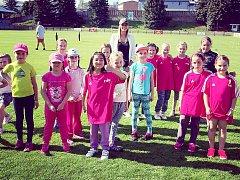 Nejen kluci, ale také dívky se v rámci akce na SK Rakovník skvěle bavily. Dokonce se jim věnovala Nikola Mužíková – projektová manažerka FAČR (vzadu).