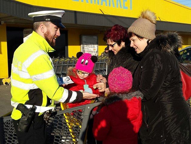 Policisté oslovili nakupující