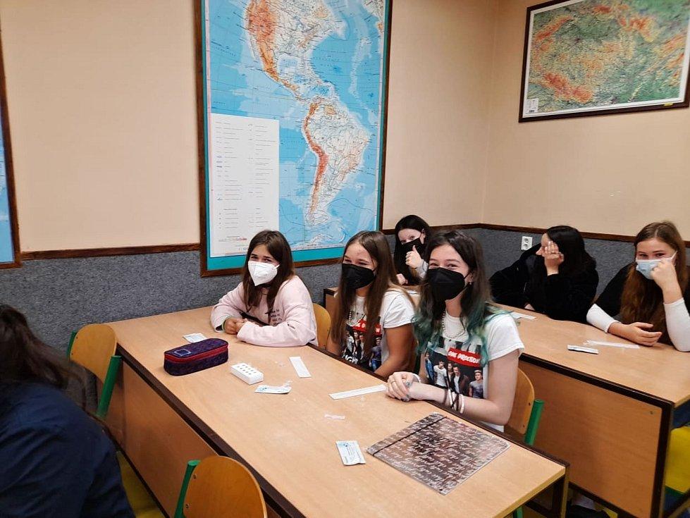 Žáci novostrašecké základní školy museli před zahájením výuky podobně jako v jiných školách absolvovat povinné testování. Na 2. stupni probíhá prezenční výuka v šestých a sedmých ročnících, ve škole je tento týden 180 žáků druhého stupně.