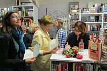 """Rakovnická rodačka a spisovatelka Helena Tyburcová  předvedla v Knihkupectví  Mezi řádky svoji novou, v pořadí třetí knihu """"Dokud jsme dva """"."""
