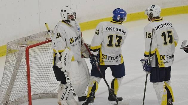 Hokejisté Rakovníka (v bílém) vyhráli poslední zápas základní části 6:1 nad Příbramí a těší se na boje v play off.
