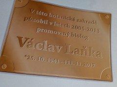 Při vstupu do Botanické zahrady Rakovník by měla být umístěna pamětní deska s odkazem na Václava Laňku.