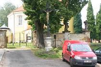 Litinový kříž u kostela v Jesenici