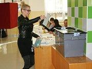 Druhý den voleb do Poslanecké sněmovny přilákal ve 3. ZŠ v Rakovníku opět mnoho voličů, více než ve volbách minulých, jak potvrdila volební komise.