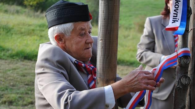 Sokolové vysadili před starou myslivnou Na Hané Sokolský strom svobody.