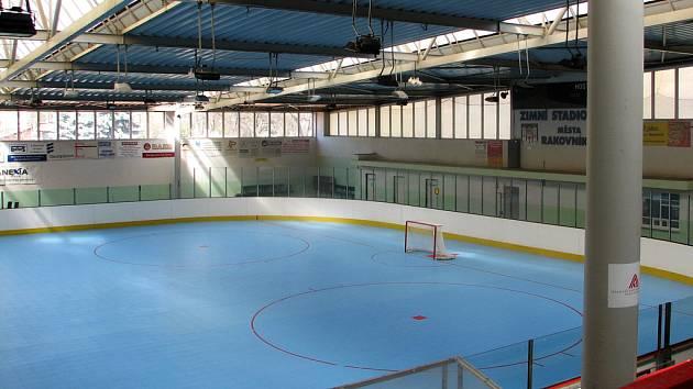 Multifunkční plocha nahradila na zimním stadionu v Rakovníku dočasně led.