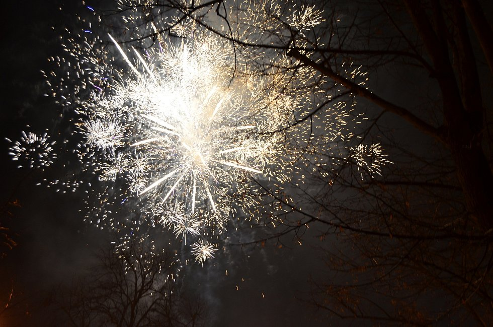 Tradiční Novoroční ohňostroj odpálili také v Novém Strašecí.