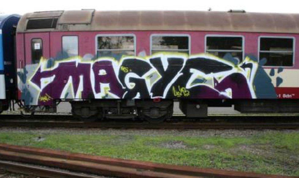 Vlaky u rakovnické trati, které posprejoval neznámý vandal.