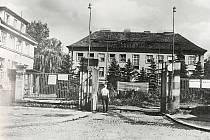 Vstupní brána nemocnice v šedesátých letech minulého století.