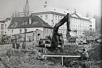 Pohled na Sixtovo náměstí v sedmdesátých letech 20. století, kdy byla řada historických budov zbořena kvůli rozšiřování silnice.
