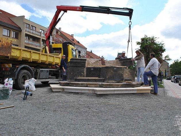 Mariánský sloup se postupně vrací na Husovo náměstí