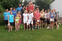 Foto všech účastníků se stupni vítězů