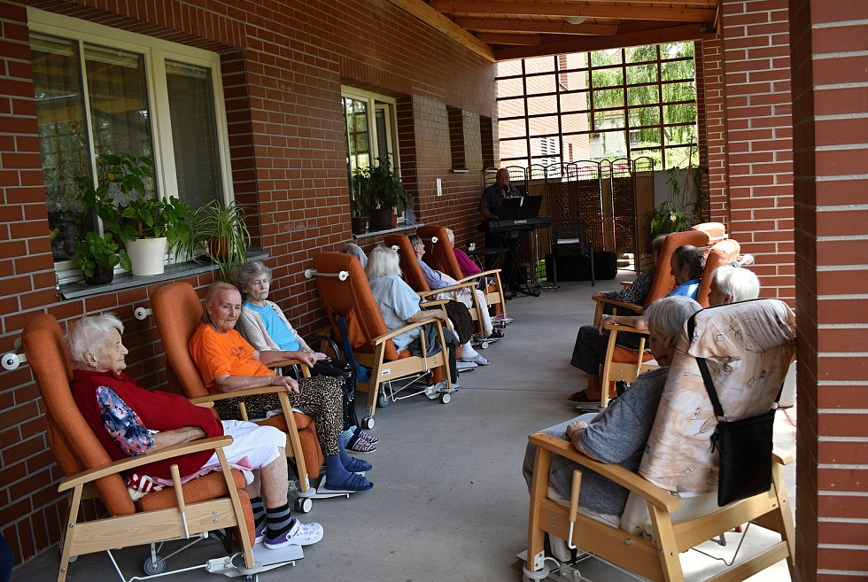 Odpoledne s živou muzikou v rakovnickém domově seniorů.