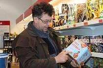 Petr Svoboda ukazuje jeden z nových kompaktů