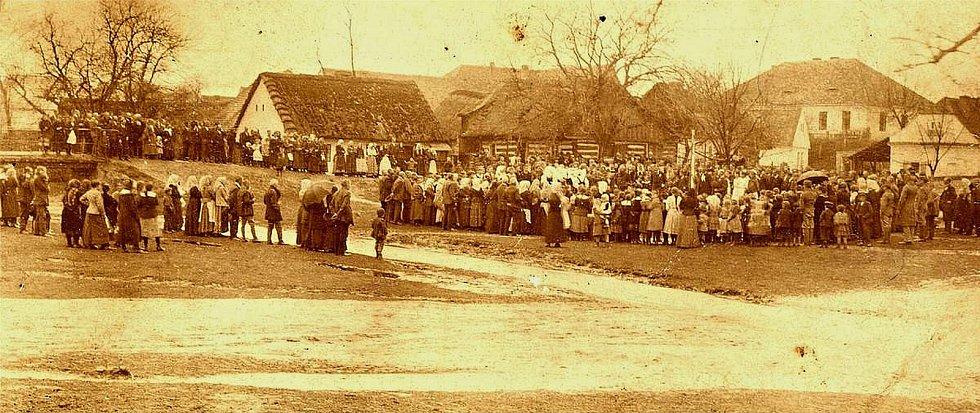 Shromáždění na šanovské návsi v roce 1900.