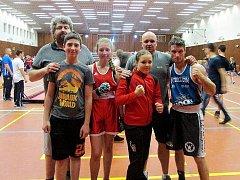 Trenéři Radek Červený s Jiřím Kapounem měli v Brandýsu připraveny čtyři boxery, do ringu ale nakonec vstoupila pouze Sára Chovanová (celá v červeném).