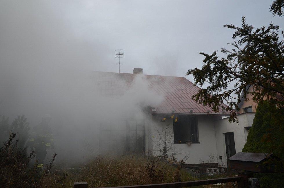 Požár opuštěného rodinného domu obývaného bezdomovci v obci Velké Přítočno na Kladensku.