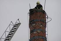 Konstrukci na komín  pod čapí hnízdo v Jesenici museli dávat hasiči
