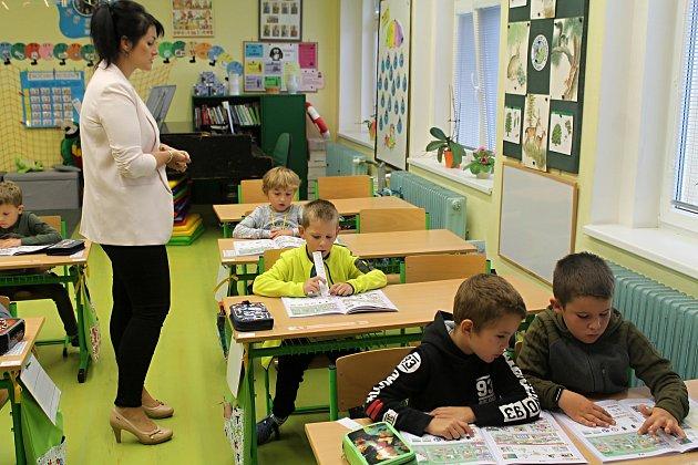 Prvňáčci zČisté střídní učitelkou Janou Švolbovou ve školním roce 2019/2020.