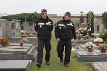 Městští strážníci z Nového Strašecí kontrolují hřbitovy