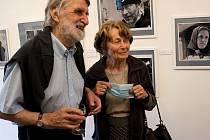 Slavnostní vernisáž Pavla Váchy Fotografie, útržky vzpomínek. Výstava bude k vidění ve Výstavních síních Rabasovy galerie až do 26. července.